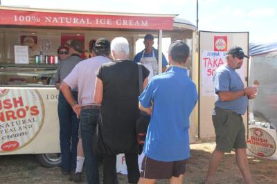 A queue for the icecreams ... run by Takapau School (including me for four hours :) )